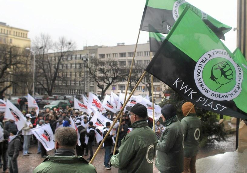 Górnicy Kopalni Piast czekają przed urzędem wojewódzkim na wyniki rozmów przewodniczących związków zawodowych z premier Ewą Kopacz /Dawid Chalimoniuk /