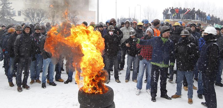 Górnicy protestują przed siedzibą Jastrzębskiej Spółki Węglowej /Andrzej Grygiel /PAP