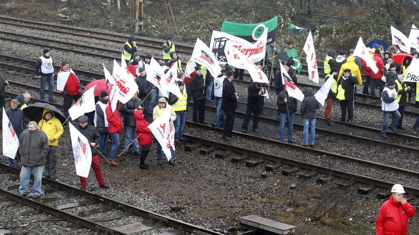 Górnicy protestujący przeciwko likwidacji czterech kopalń /Andrzej Grygiel /PAP