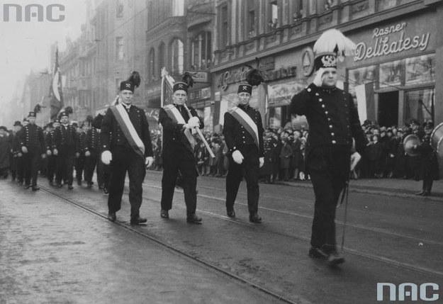 Górnicy w strojach galowych podczas defilady w Katowicach /Z archiwum Narodowego Archiwum Cyfrowego