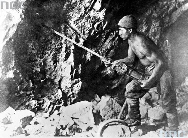 Górnik w kopalni /Z archiwum Narodowego Archiwum Cyfrowego