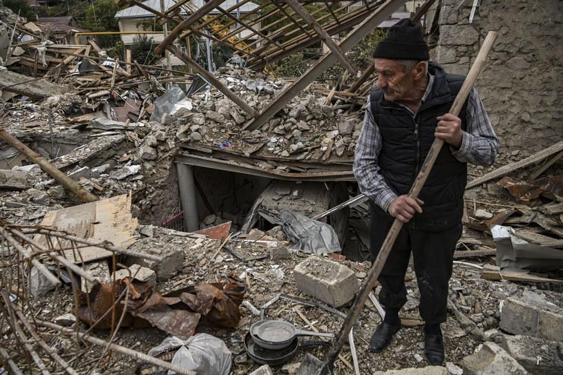 Górski Karabach: Emerytowany policjant przeszukuje ruiny swojego domu /AFP