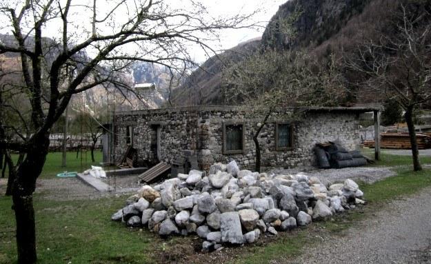 Górskie domy to w wielu przypadkach twierdze o grubych murach, z małymi otworami okiennymi. Proste, masywne bryły. /Ewelina Karpińska-Morek /INTERIA.PL