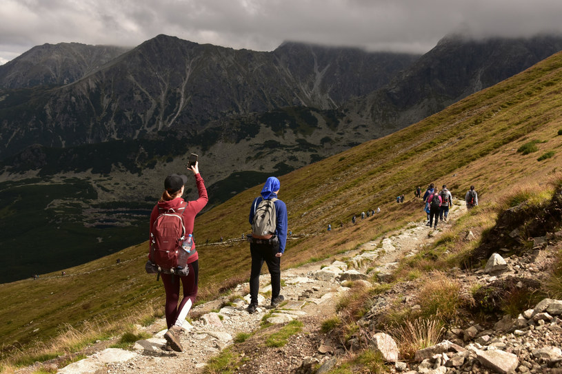 Góry wymagają odpowiedniego przygotowania oraz odpowiedzialności. Warto przed wyprawą wybrać odpowiednie ubranie, sprawdzić trasę oraz pogodę /Albin Marciniak /East News