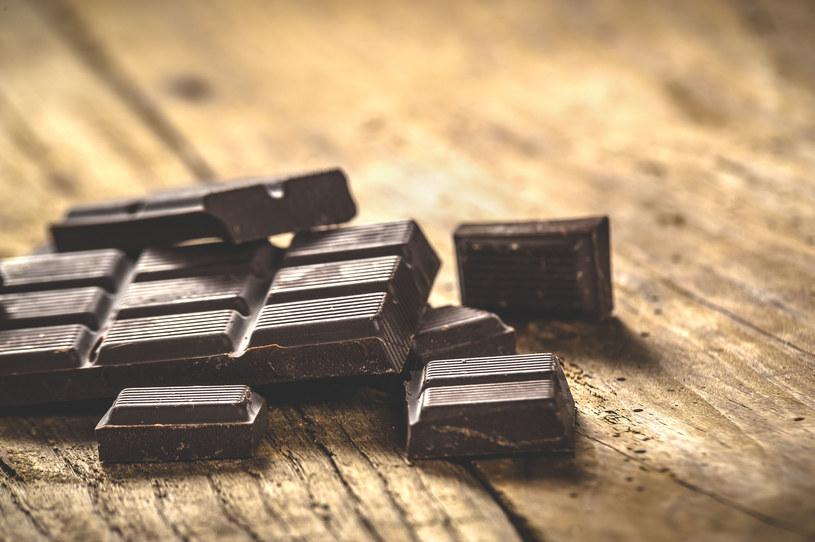 Gorzka czekolada to naturalne źródło magnezu /123RF/PICSEL