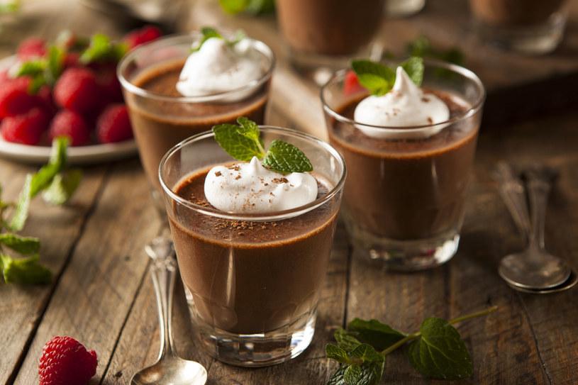 Gorzka, mleczna, deserowa – każda smakuje wyśmienicie i poprawia nastrój /123RF/PICSEL