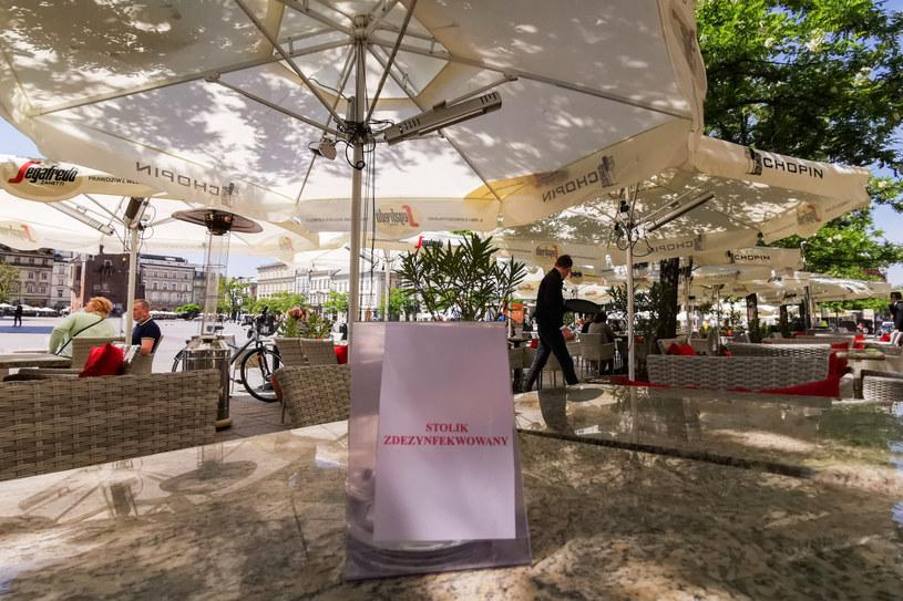 Gość lokalu nie może sam usiąść przy nieuprzątniętym stoliku, tylko musi poczekać aż zostanie mu wskazany zdezynfekowany stolik. /Beata Zawrzel /Reporter