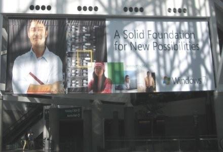 Gości wchodzących na PDC2008 witają billboardy Windows 7, największej gwiazdy całej imprezy. /INTERIA.PL