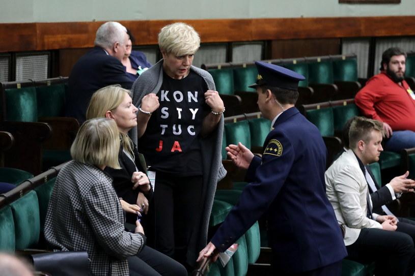 Goście na sejmowej galerii przysłuchujący się debacie /Tomasz Gzell /PAP