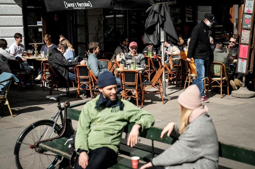 Goście w kawiarnianych ogródkach w Kopenhadze /Mads Claus Rasmussen / Ritzau Scanpix / AFP /AFP