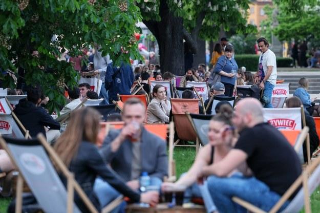 Goście w ogródku zewnętrznym jednej z restauracji na Krakowskim Przedmieściu w Warszawie 15 maja w pierwszym dniu po częściowym otwarciu gastronomii / Leszek Szymański    /PAP