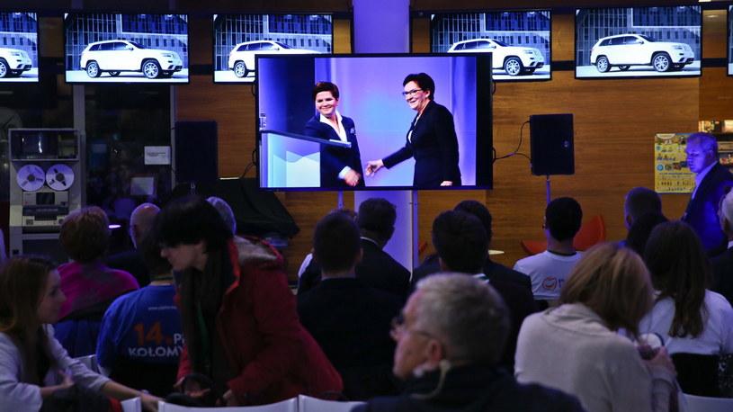 Goście zgromadzeni w holu Telewizji Polskiej oglądają debatę premier Ewy Kopacz z kandydatką PiS na premiera Beatą Szydło /Rafał Guz /PAP