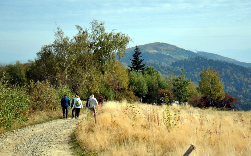 Gościnne wioski kryją się w uroczych zielonych dolinach. /East News