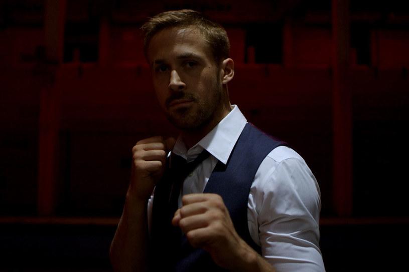 """Gosling i Refn wrócili do współpracy, by stworzyć emocjonalnie obezwładniający, estetycznie wspaniały i bardzo brutalny thriller -  """"The Guardian"""" /materiały prasowe"""