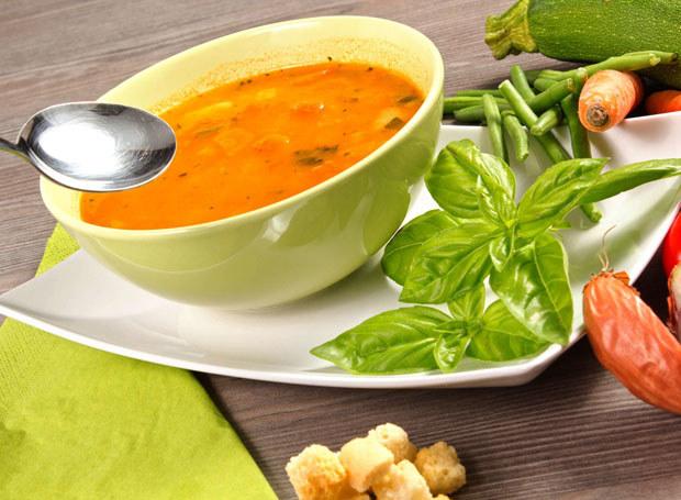 Gotową zupę posyp grzankami /123RF/PICSEL