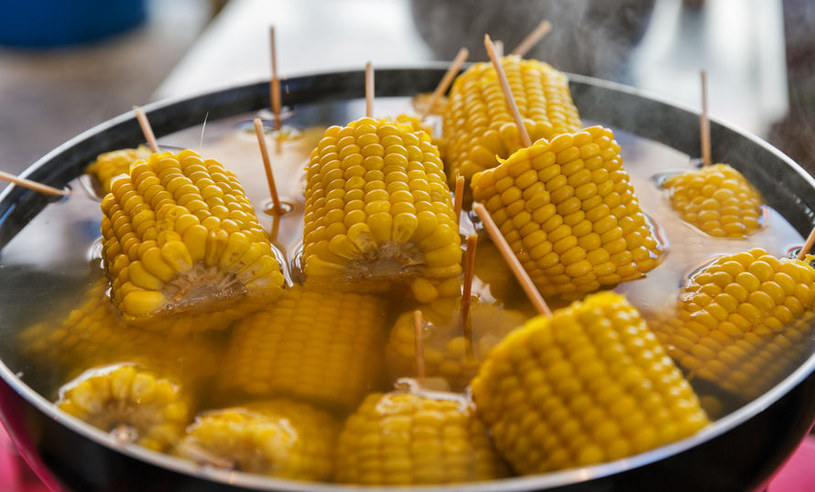 Gotowanie kukurydzy /©123RF/PICSEL