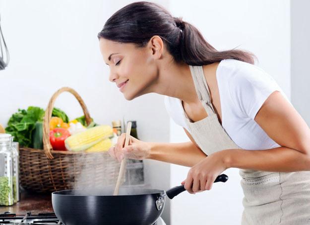 Gotowanie znowu stało się modne /123RF/PICSEL