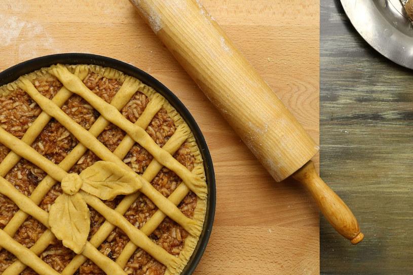 Gotowe ciasto zawiń w folię i schładzaj je ok. 2 godzin. /123RF/PICSEL