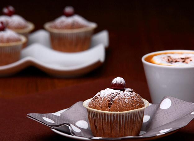 Gotowe muffiny możesz udekorowac np. cukrem puderm /123RF/PICSEL