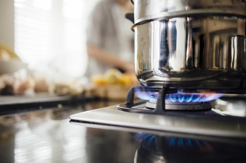 Gotując na kuchence gazowej zadbaj o dobrą wentylację /123RF/PICSEL