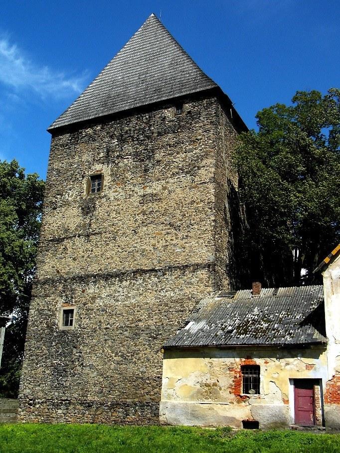Gotycka wieża w Siedlęcinie – widok od południa (2005 r.) /&nbsp