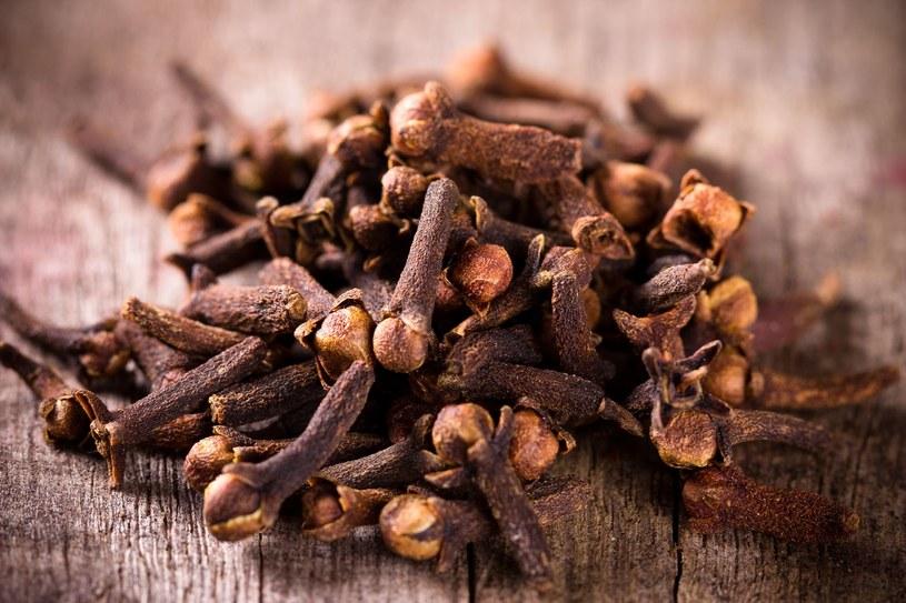 Goździki mają ostry smak, ale są skutecznym lekarstwem /123RF/PICSEL