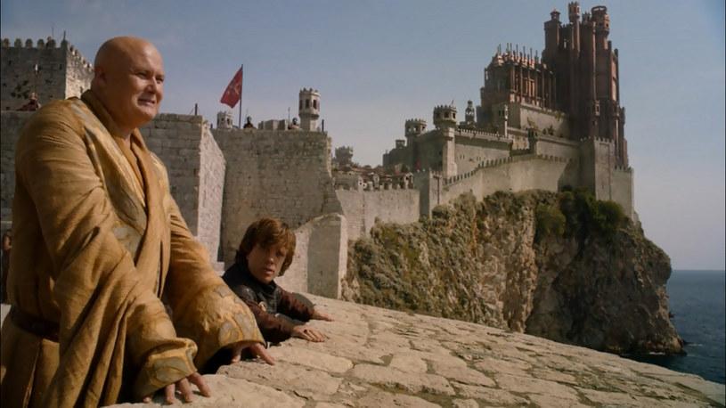"""""""Gra o tron"""" - Chorwacja, Maroko: W pierwszej serii sceny z Królewskiej Przystani kręcono na Malcie. Potem przeniesiono je do Dubrownika niepostrzeżenie dla widzów, bo i tu, i tam są kamienne fortyfikacje z XVI w. Marokańskie osiedla warowne pojawiają się w opowieści o losach Daenerys. W serialu oglądamy też nadmorską Essaouirę /materiały prasowe"""