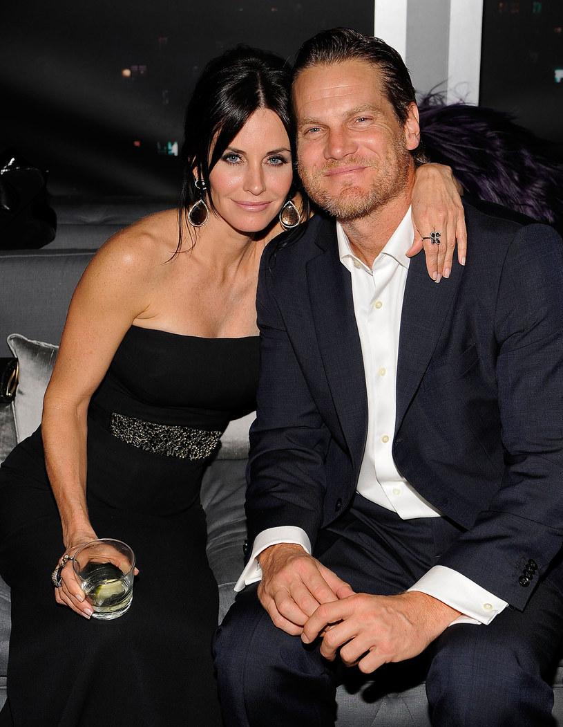 Gra pozorów Pierwszy raz media doniosły o romansie pary w 2010 r., kiedy byli nierozłączni w trakcie letniej imprezy. Potem zrobiło się cicho. Aktorka widziana była w towarzystwie Josha Hopkinsa. Dziś wiadomo, że miał odwrócić uwagę od nowej miłościi Cox. /Larry Busacca /Getty Images
