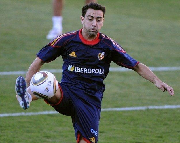 Gra w kadrze Hiszpanii daje Xaviemu prestiż oraz mnóstwo pewności siebie /AFP