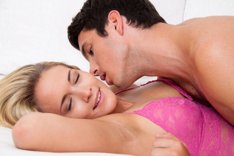 Gra wstępna, czyli pocałunki i pieszczoty przeciętnie zajmują nam od 10-20 minut /123RF/PICSEL