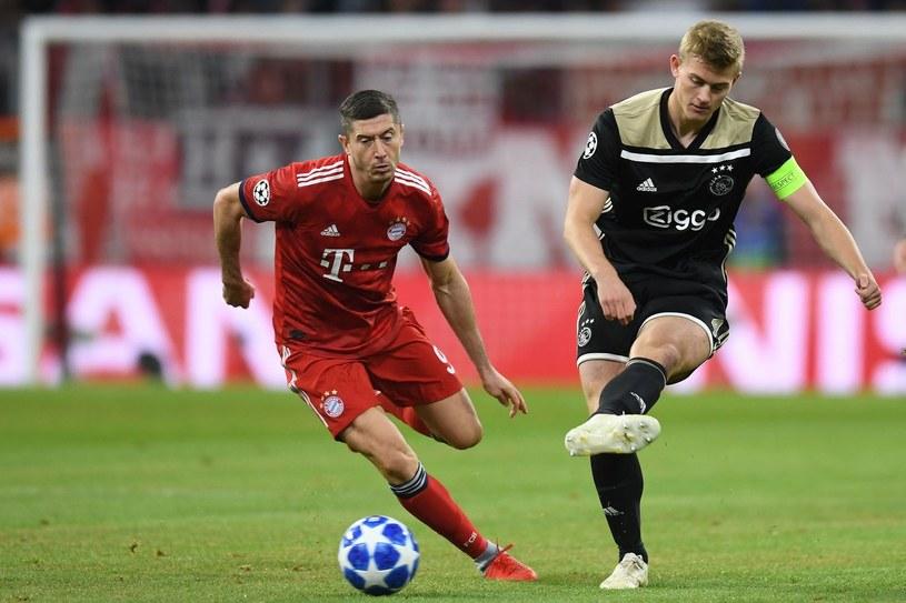 Gracz Ajaksu Amsterdam Matthijs De Ligt (z prawej) podczas meczu z Bayernem Monachium /AFP