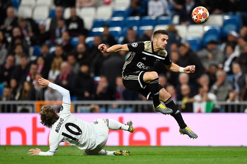 Gracz Ajaksu - Duszan Tadić mija najlepszego piłkarza świata 2018 roku - Lukę Modricia w meczu z Realem /AFP