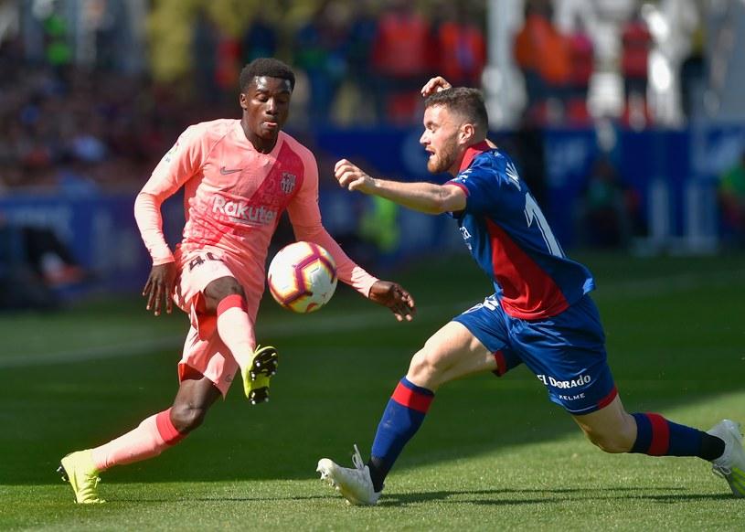 Gracz Barcelony Moussa Wague (z lewej) i Javi Gala z SD Huesca /AFP