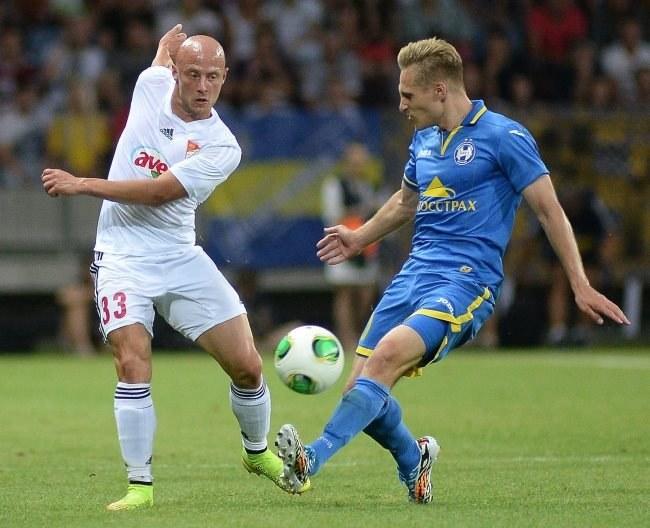 Gracz BATE Siergiej Kriwiec (z prawej) i piłkarz Debreczyna Jozsef Varga /PAP/EPA