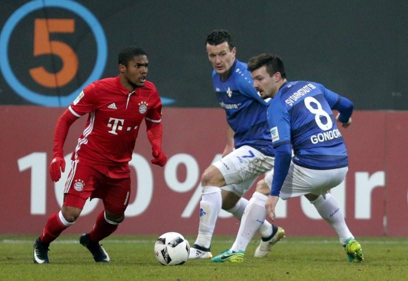 Gracz Bayernu Douglas Costa (z lewej) oraz Jerome Gondorf (z prawej) i Artem Fedetsky /PAP/EPA