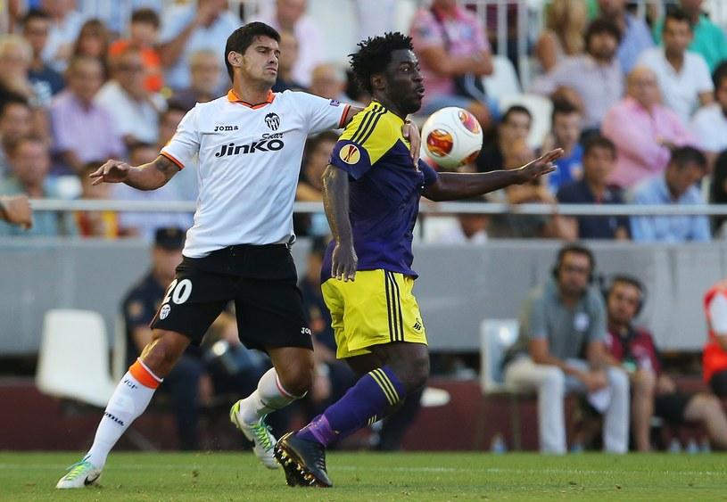 Gracz Valencii Ricardo Costa (z lewej) powstrzymuje napastnika Swansea Wilfrieda Bony'ego /AFP
