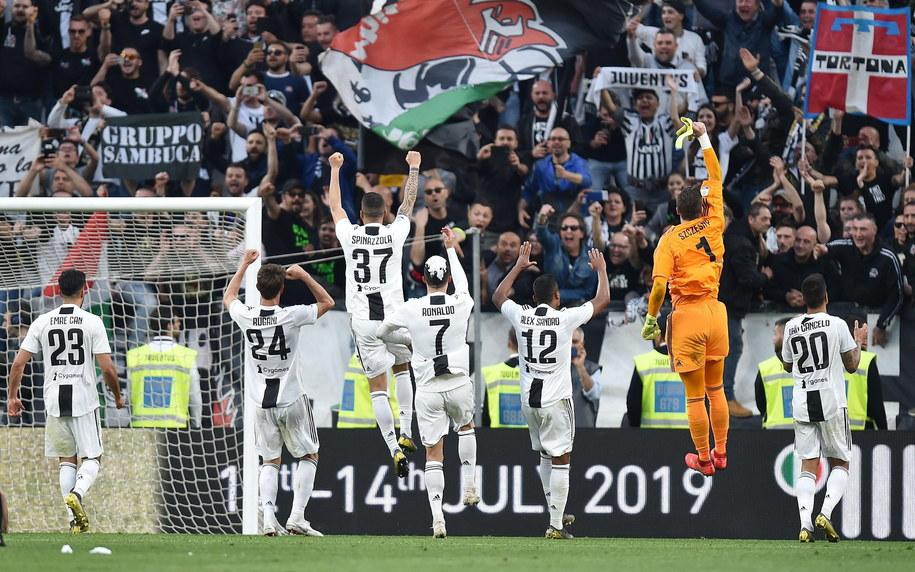 Gracze Juventusu - wśród nich Wojciech Szczęsny - cieszą się z zapewnienia sobie ósmego z rzędu tytułu mistrzów Włoch /ALESSANDRO DI MARCO  /PAP/EPA