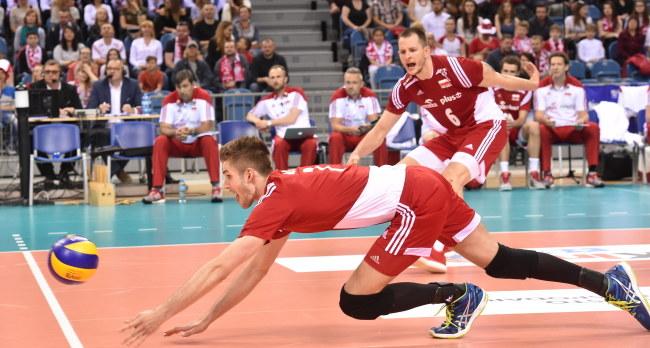 Gracze reprezentacji Polski Karol Kłos (L) i Bartosz Kurek (P) w meczu z Belgią /Jacek Bednarczyk /PAP