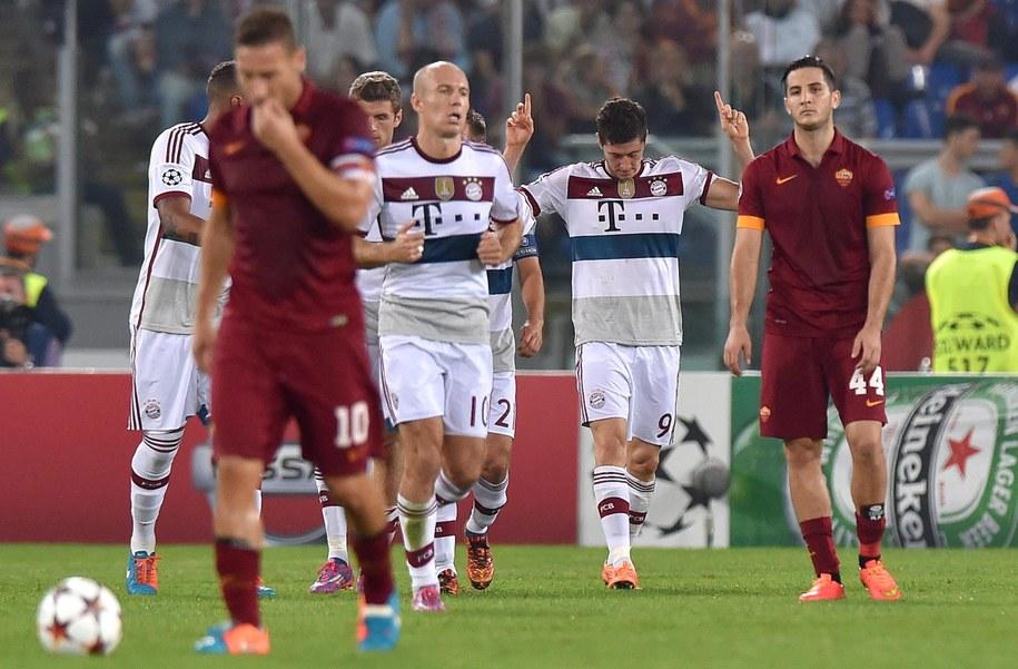 Gracze Romy (w czerwonych strojach) i Bayernu po bramce Roberta Lewandowskiego na 0:3 /ETTORE FERRARI /PAP/EPA