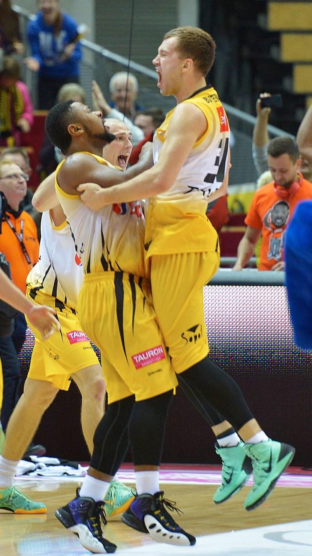 Gracze Trefla Simas Buterlevicius (P) i Lance Jeter (L) fetują awans drużyny do półfinału /Adam Warżawa /AFP