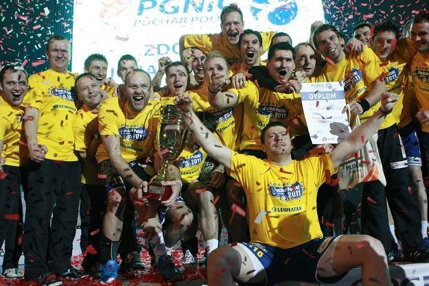 Gracze Vive Targi Kielce z trofeum/fot. Marcin Bednarski /PAP