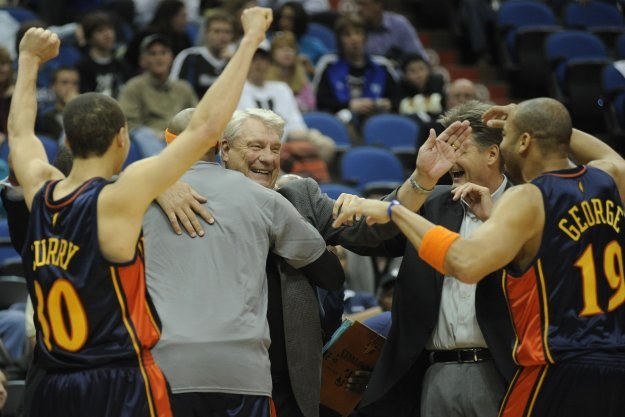 Gracze Warriors gratulują Donowi Nelsonowi /AFP