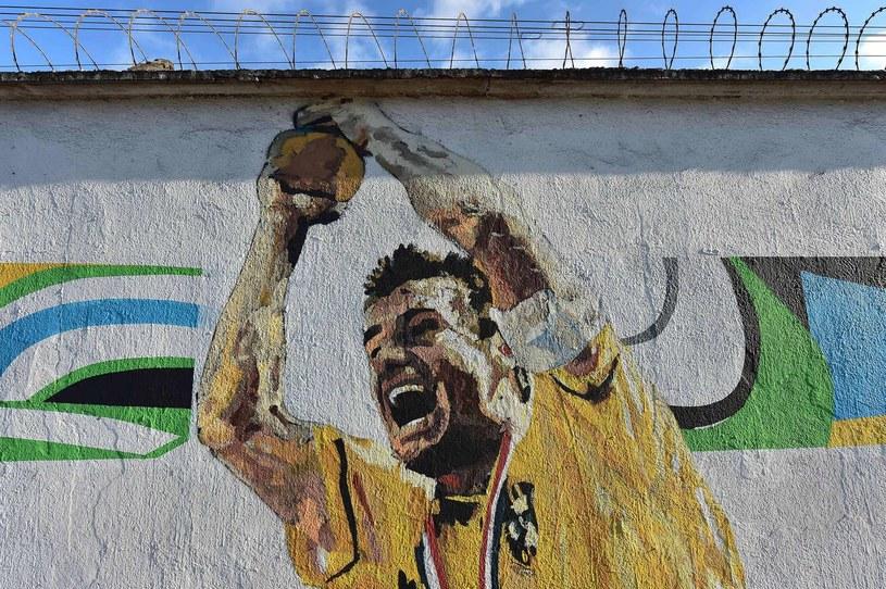 Graffiti przedstawiające Dungę - znakomitego przed laty brazylijskiego piłkarza /AFP