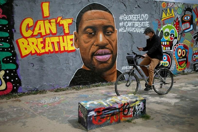 """Graffitti z podobizną George'a Floyda i napisem """"Nie mogę oddychać"""" w Mauer Park w Berlinie /DAVID GANNON / AFP /AFP"""