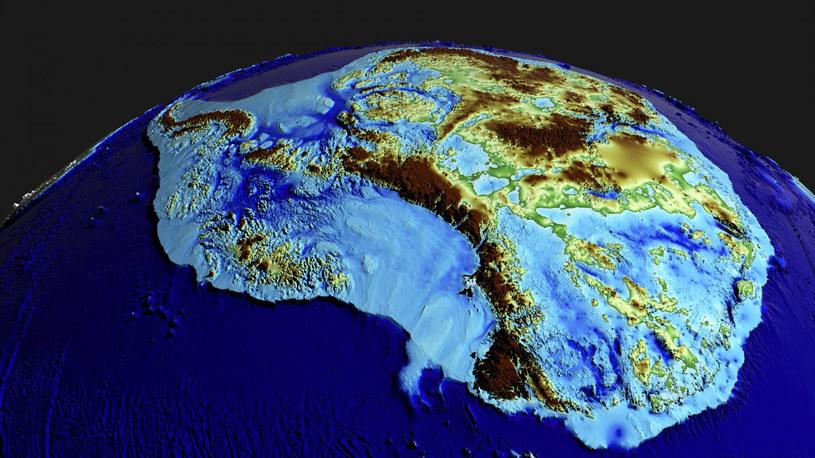 Grafika przedstawiająca topografię Antarktydy. Dzięki prowadzeniu regularnych pomiarów naukowcy mogą przewidywać, ile lodu ubędzie i gdzie należy spodziewać wzrostu poziomu mórz /NASA's Scientific Visualization Studio /East News