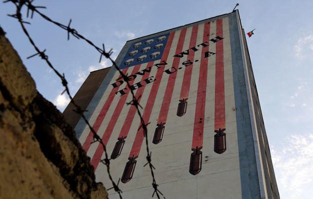 Grafitti na jednym z budynków w Teheranie /AFP