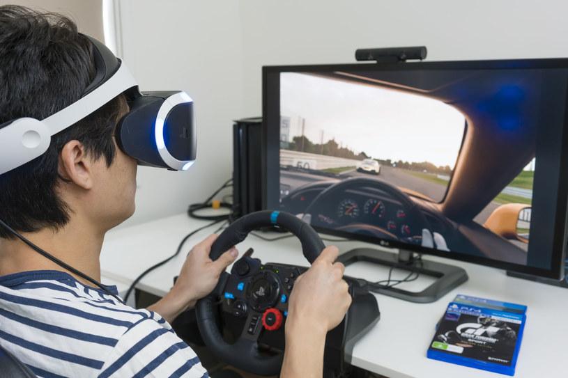 """Gran Turismo Sport w VR plus specjalna kierownica - trudno o lepsze """"wczucie się"""" w grę /123RF/PICSEL"""
