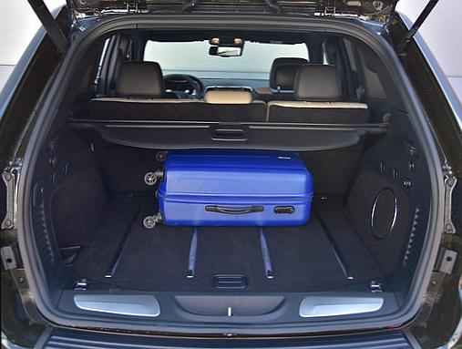 Grand Cherokee ma bagażnik o pojemności 457 litrów. Więcej oferują niektóre auta kompaktowe. /Motor