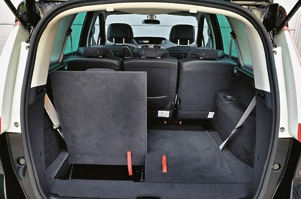 GRAND SCENIC Bagażnik wersji Grand ma pojemność 678-2083 l. Za trzecim rzędem: 208 l. /Motor