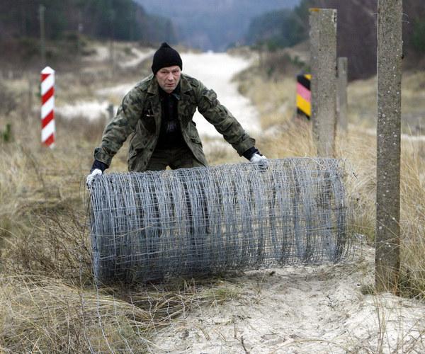 Granica polsko-niemiecka jest otwarta już od czasu wejścia Polski do strefy Schengen. Ale integracja w ramach UE może pogłębić się jeszcze bardziej /AFP